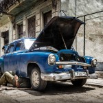 Reparando un viejo auto en la Habana