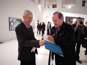 mellado firmándole un ejemplar del catálogo CLOSER al director de Museo de Cadiz para su biblioteca